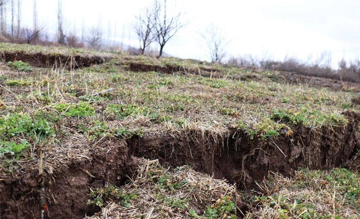 Deprem sonrasında oluşan dev yarıklar tedirgin ediyor