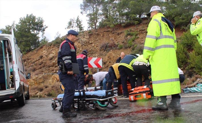 Kaygan yolda kafa kafaya çarpıştılar: 5 yaralı