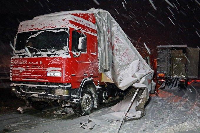 Yolcu otobüsü TIR'a çarptı: Ölü ve yaralılar var