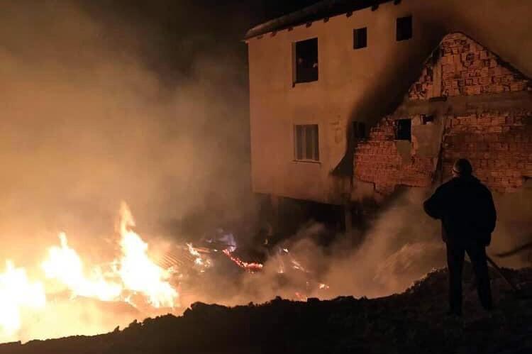 Korkutan yangın - Ahır ve samanlık küle döndü