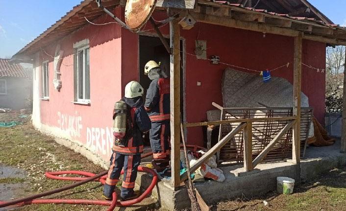 Evi ateşe verdi, itfaiye girmesin diye kapının arkasına eşya koydu