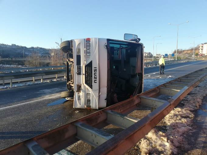 İşçi servis midibüsü devrildi: 12 yaralı