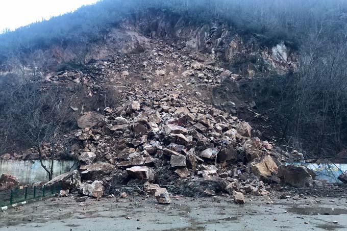 Dağdan kopan kayalar okulun bahçesine düştü