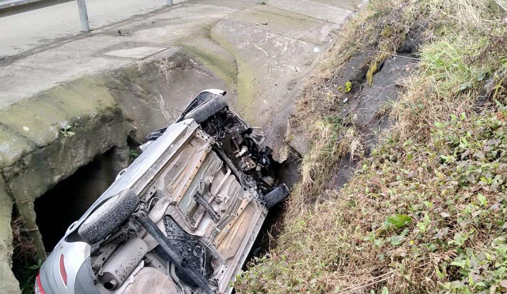 Otomobil su kanalına devrildi: 5 yaralı