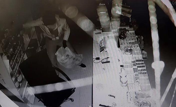 Maskeli hırsız marketi soyup kaçtı