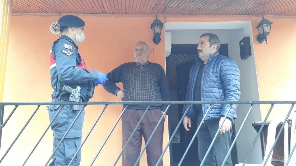 Trabzon'daki muhtardan örnek kampanya 'Evimde kalıyorum. Misafir kabul etmiyorum'