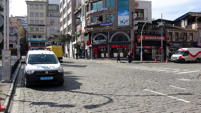 Trabzon'da evden çıkmayanların siparişlerini, polis evlerine götürüyor