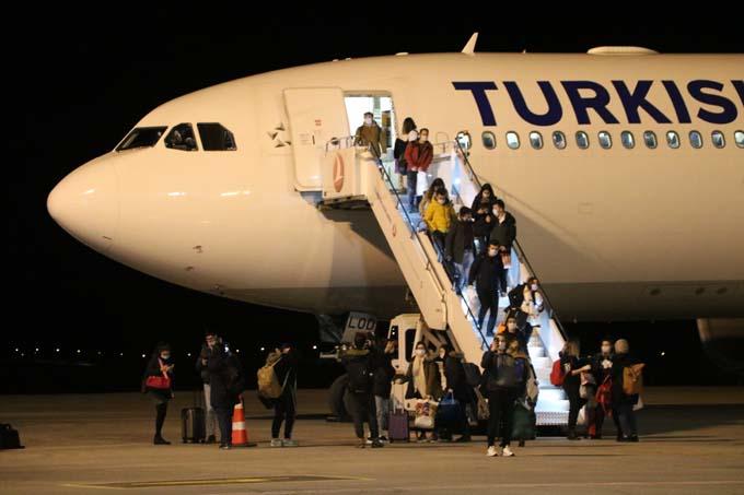 Yurtdışında eğitim gören öğrenciler geldi