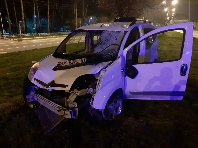 Hafif ticari araç aydınlatma direğine çarptı: 1'i ağır, 2 yaralı.