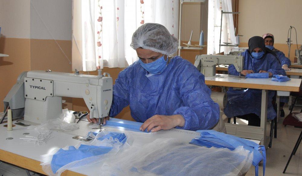 Gümüşhane'de gönüllü öğretici kadınlar, maske üretiyor