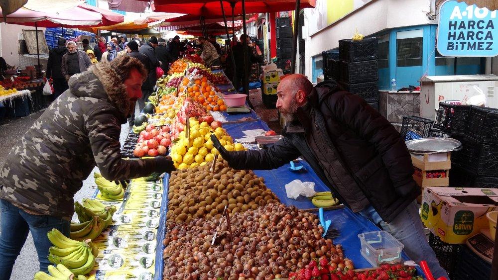 Trabzon'da pazarda koronavirüs tedbirleri uygulanıyor