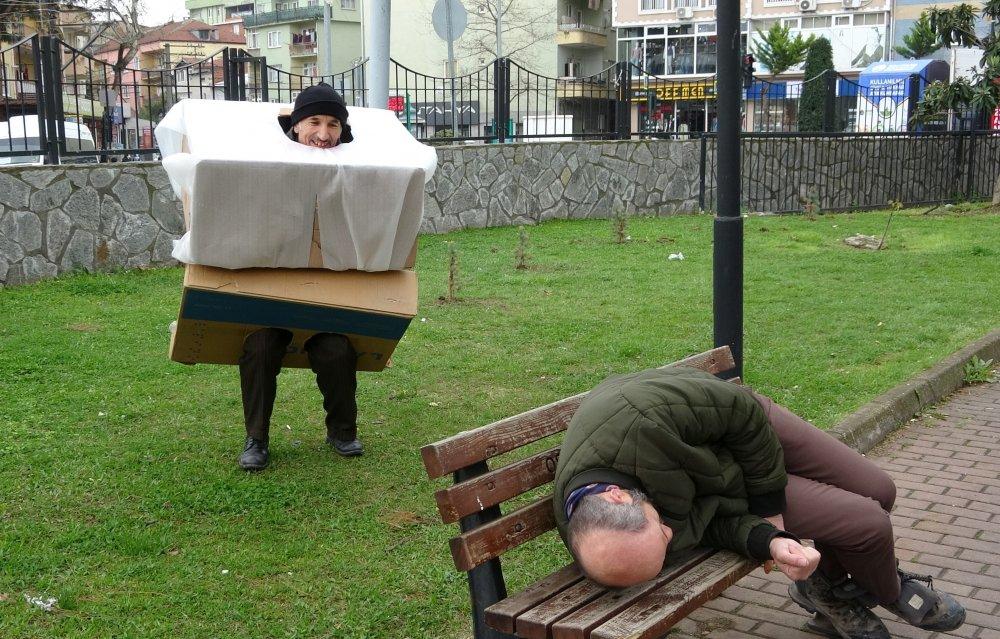 'Korona virüs kostümlü' tiyatrocu, sokağa çıkanları hem kovaladı hem bayılttı
