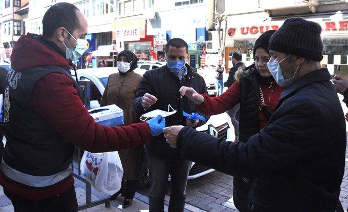 Polis sokakta ateş ölçüyor, eldiven ve maske dağıtıyor