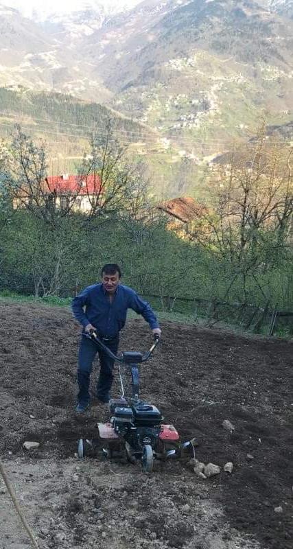 Trabzon'da din görevlileri yaşlıların tarla işlerine yardım ediyor