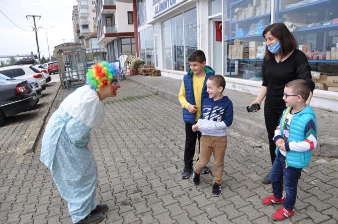 Rize'de evden çıkamayan çocuklara Palyaçolu sürpriz