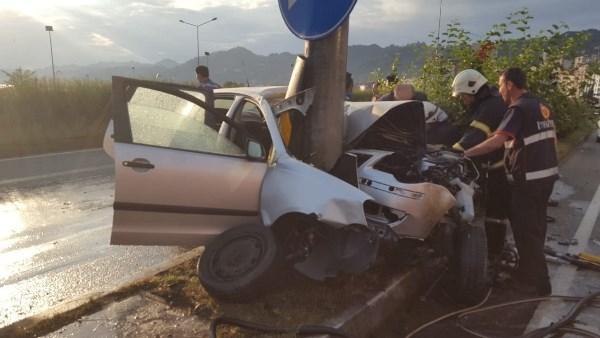 Rize'de kontrolden çıkan araç direğe çarptı: 1 ağır yaralı