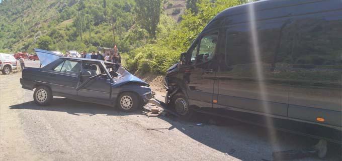 Artvin'de otomobille minibüs çarpıştı: 5 yaralı