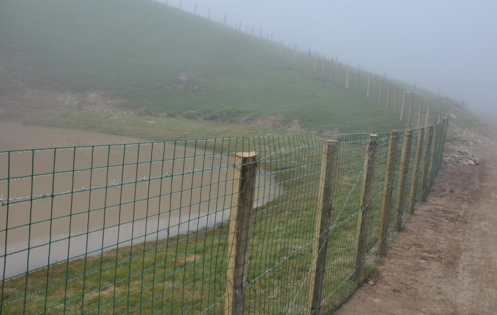 Balçıkla kaplanan Dipsiz Göl, tel örgüyle çevrildi