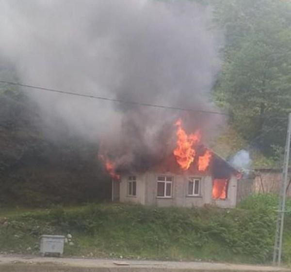 Rize'de yanan ev kullanılamaz hale geldi