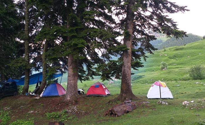 Bin 800 rakımlı köy kampçıların adresi oldu