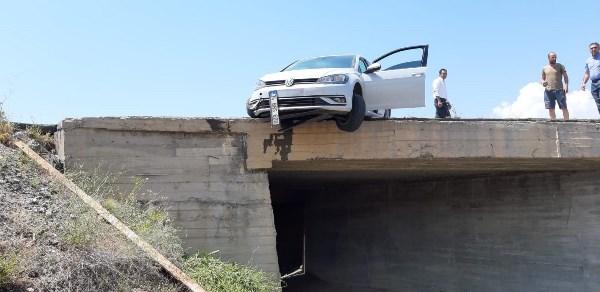 Trabzon'a gelirken kaza! Köprüde asılı kaldı