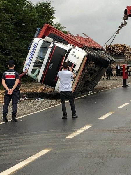 Ordu kereste yüklü kamyon devrildi