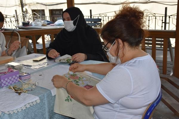 Trabzon'da kursiyerler el işlerini açık havada yapıyor