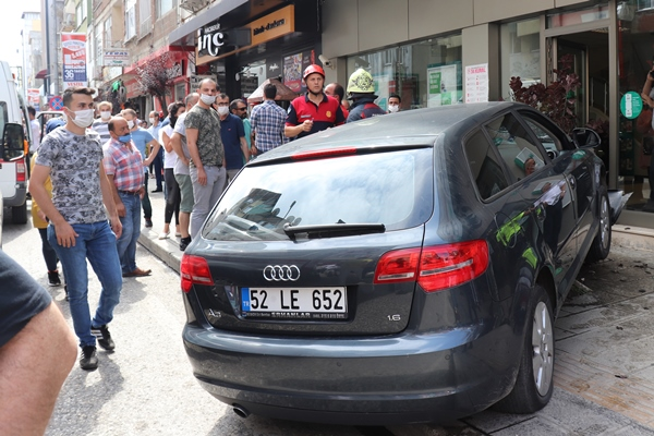 Ordu'da otomobil kaldırımdaki yayalara çarptı: 3 yaralı
