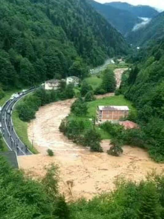 Rize'de sağanak yolları kapattı!