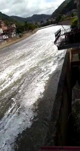 Trabzon'da ilginç görüntü! Değirmendere köpükle kaplandı