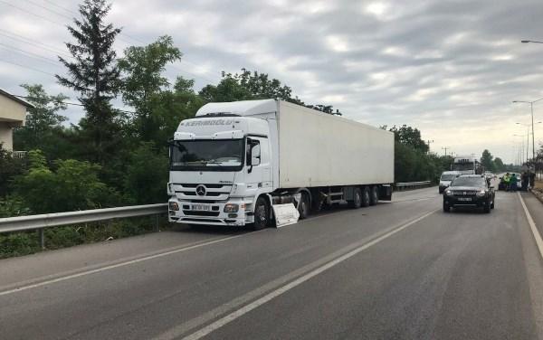 Karadeniz Sahil Yolunda otomobil ile tır çarpıştı: 2 yaralı