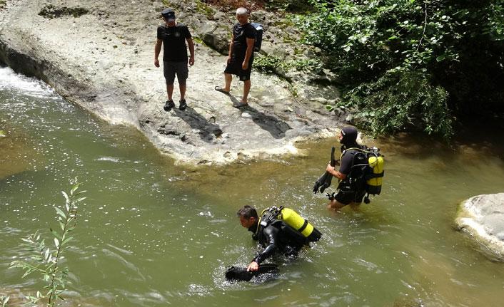 Dalgıç polisler kaybolan genci arıyor