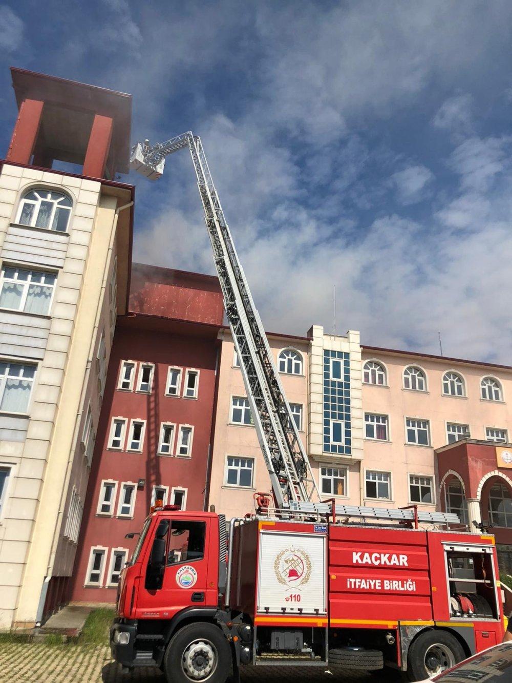 Rize'de tadilat yapılan okulun çatısında yangın