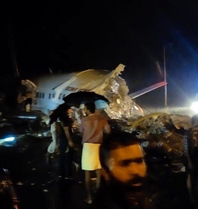 Hindistan uçağı iniş sırasında düştü