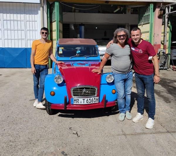 Aracını bordo maviye boyadı! Almanya'dan Mardin'e gitti