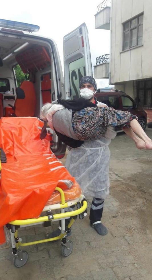ailesi yaklaşamayınca sağlık çalışanı kucağında taşıdı
