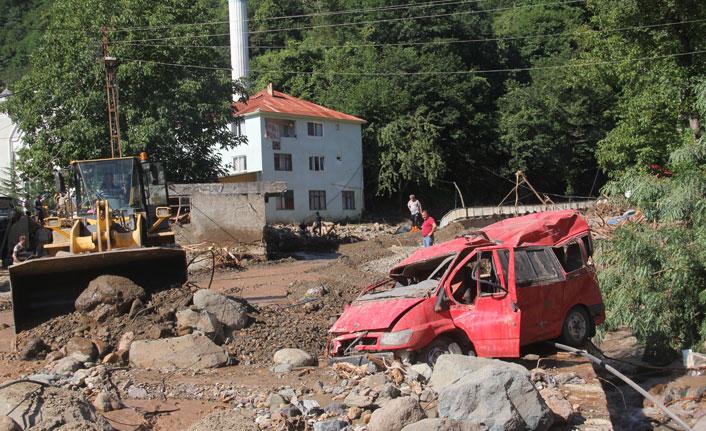 Su basan otoparktaki araçlar hurdaya döndü