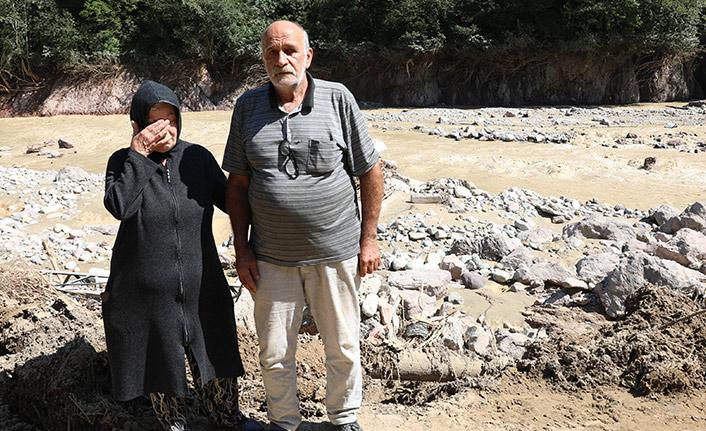 Çocuklarına 'Babanızı aramaya gidiyorum' deyip selde kaybolan eşini arıyor