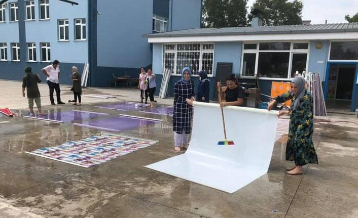 Okul müdürü ve öğretmenlerin tadilat ve temizlik mesaisi