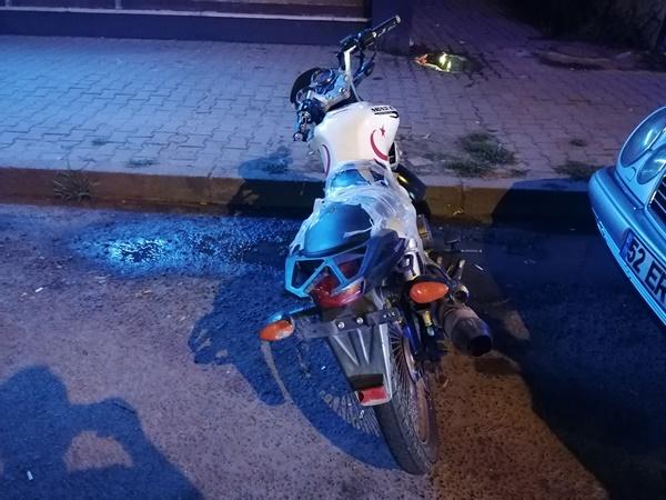 Motosiklet yayaya çarptı! 3 yaralı