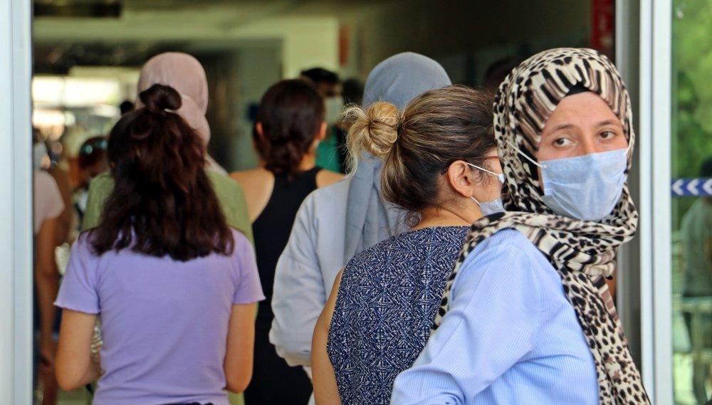 Sınav salonlarında adaylar dışarda aileler ter döktü
