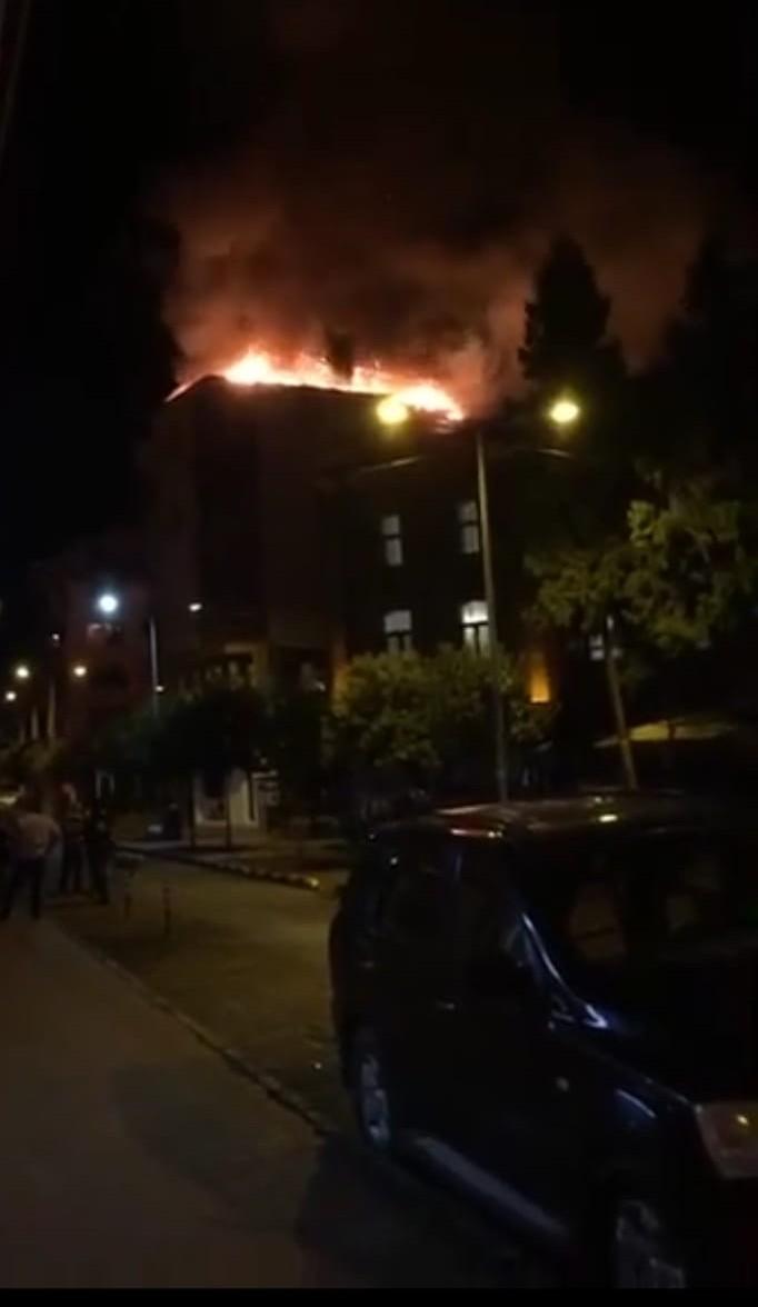 Trabzon'da gece saatlerinde korku dolu anlar! Çatı katı alev alev yandı