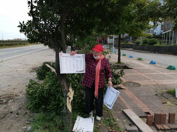 Rize'de mahalleye adını veren ağaçların budanmasını kemençesi ile protesto etti