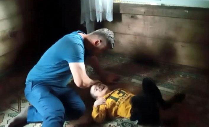 Engelli çocuğuyla ahşap evde yaşayan baba yardım bekliyor