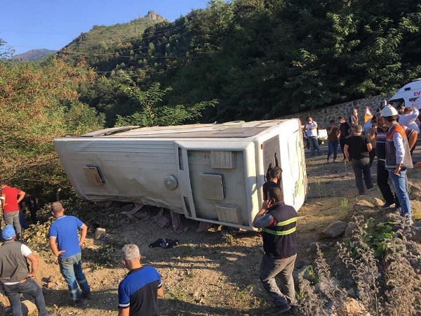 Artvin'de maden işçilerini taşıyan otobüs devrildi! 2 ölü