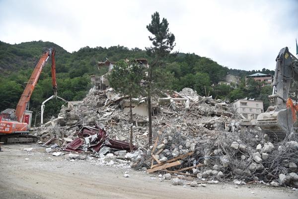 Dereli'de yıkımlar sürüyor! 130 bina için yıkım kararı...