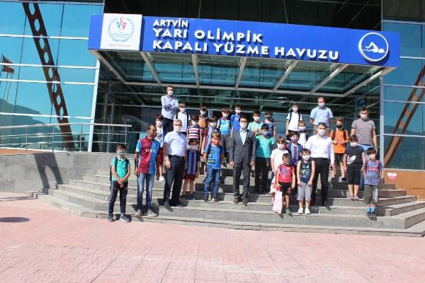 Artvin'de Trabzonspor futbol okulu öğrencileri yüzme öğreniyor