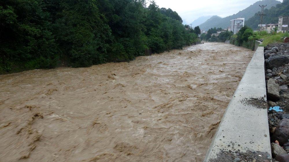 Artvin'de şiddetli yağış etkili oluyor