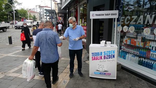 Trabzon'da salgın tedbirleri hatırlatıldı ücretsiz maske dağıtıldı