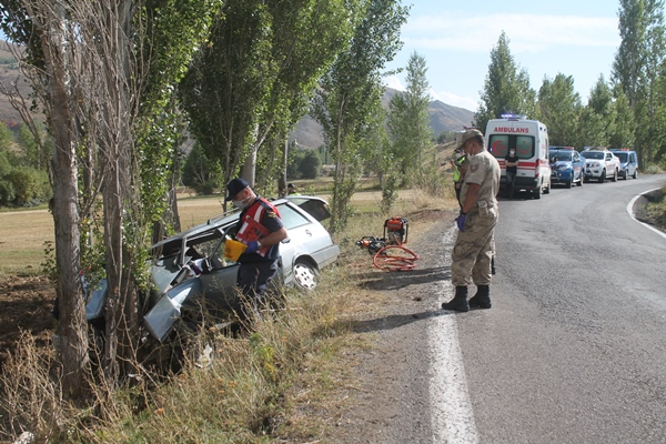 Trabzon plakalı otomobil ağaca çarptı: 1 Ölü 3 yaralı
